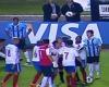 Las imágenes cazan a un jugador dándole una patada al árbitro