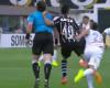 El árbitro utiliza la televisión para acusar al jugador del Corinthians