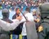 Los jugadores cargan contra la policía en la Copa Perú