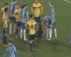 Un jugador se divierte con el spray del árbitro mientras está el el suelo