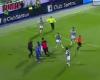 Un espontáneo salta a por el árbitro en México