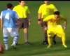 """Un portero le """"hace un calvo"""" al árbitro al final del partido"""