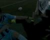 Tropieza con el cuarto árbitro y le empuja en el suelo
