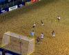 Una de fútbol playa que puede suceder también en césped