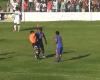 ¿Un árbitro que resbala y expulsa a un jugador por empujarle?