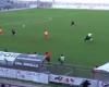 El entrenador que lanza el balón al campo para impedir un gol