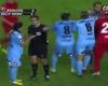 La agresión que se pierde el árbitro por estar dando explicaciones