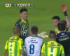 El árbitro muestra dos rojas a un futbolista en la misma jugada