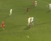 Dos jugadores del Auxerre se pelean con el balón en juego
