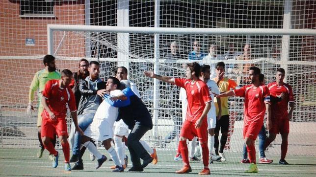 Batalla campal, agresión al arbitro y un acta que mete miedo