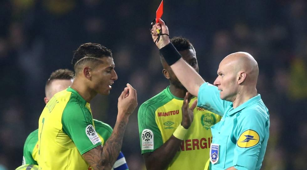 """El árbitro francés se disculpa por su gesto """"torpe e inapropiado"""""""