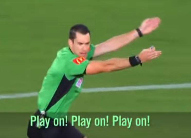 Las conversaciones de un árbitro que dirige un partido con micrófono abierto