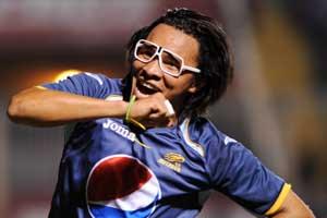 Un jugador se pone unas gafas al celebrar un gol… ¿es suficiente para amonestar?
