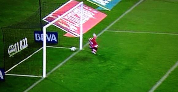 Penalti con gol fantasma e indirecto por tocar veces el balón