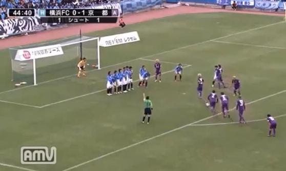 ¿Se mueve el balón en este tiro libre indirecto?