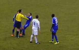 Una jugada caótica que acaba con el árbitro empujando a un jugador