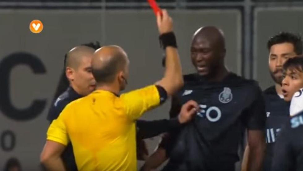 El tropezón del árbitro y la expulsión del jugador del Oporto