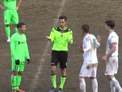 El árbitro italiano que pierde la cuenta de las expulsiones