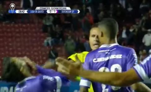 Un codazo del árbitro a un jugador tras señalar un penalti