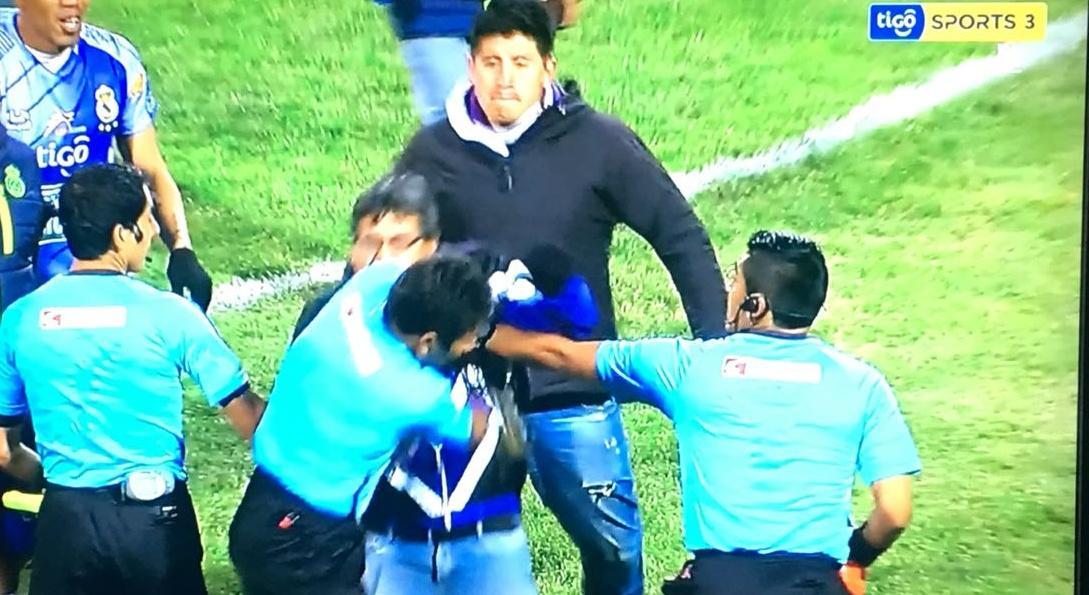 El presidente de un club boliviano agrede al árbitro después de cuatro expulsion